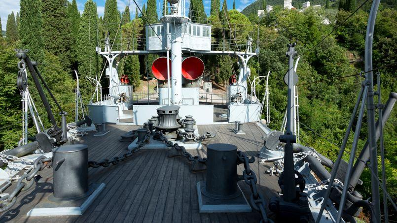 Dans l'étonnant Vittoriale degli Italiani, conçu par Gabriele D'Annunzio, un navire de guerre a été installé au beau milieu des arbres.