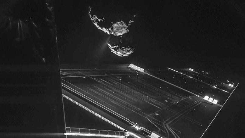 Photo de la comète et d'un panneau solaire de Rosetta, prise par Philae début octobre.