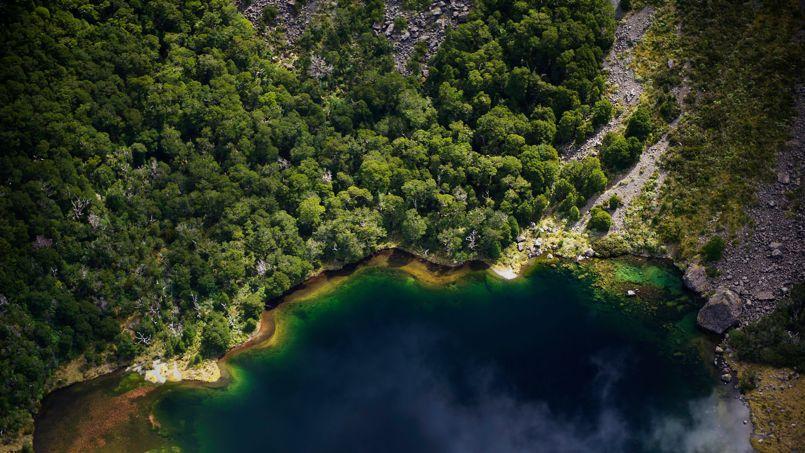 Le parc national du mont Aspiring dévoile des paysages féeriques comme ce lac qui reflète parfaitement les nuages.