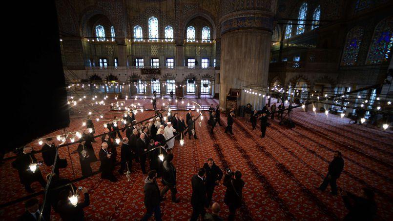 Le pape François en train de visiter la Mosquée Bleue d'Istanbul en compagnie du Mufti Rahmi Yaran.