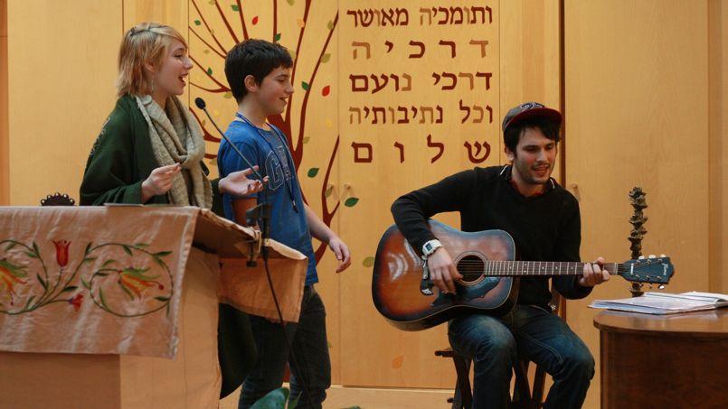Pour faire leurs reprises, les trois jeunes se plient à la métrique des prières issues du chapitre de la Tirah sélectionné chaque semaine.