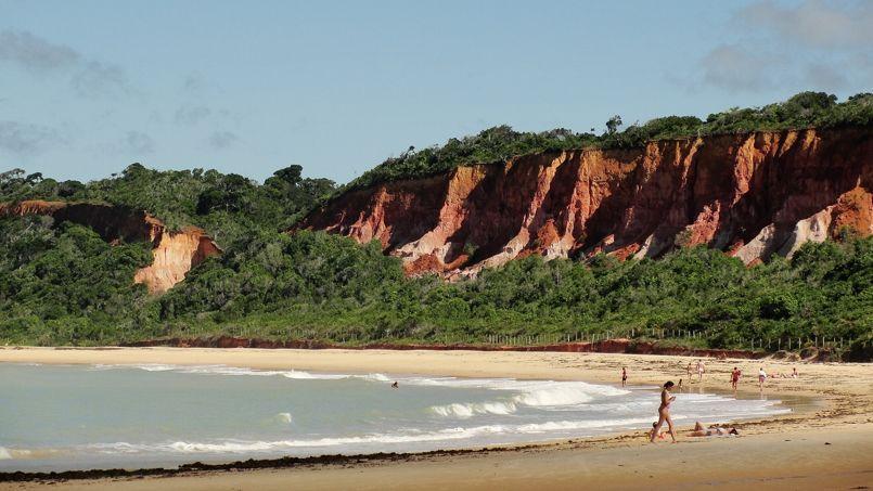 Relaxation sur les plages de sable fin au pied des falaises. (Crédit: Lu Arembepe/Flickr/CC)