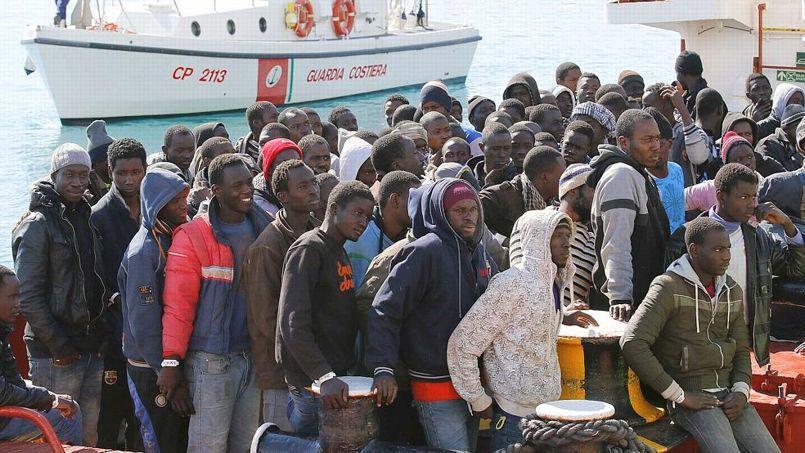 Des migrants arrivent au port de Pozzallo en Sicile dimanche.