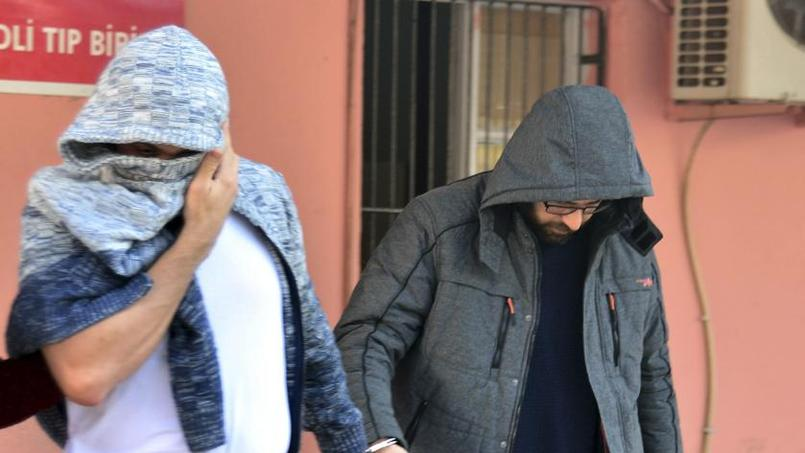 Ces deux hommes - celui de gauche est suédois, celui de droite est danois - sont soupçonnés d'avoir préparé un attentat en Europe. La photo a été prise dans un commissariat du sud de la Turquie, où ils ont été arrêtés.