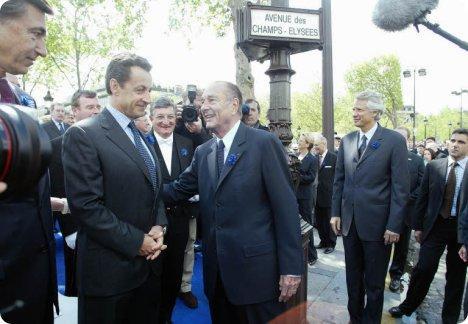 En 2006, le président de la République salue Nicolas Sarkozy, lors de la cérémonie commémorative du 8 mai 1945.
