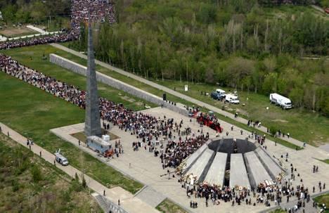 Le mémorial du génocide arménien à Yerevan lors de la célébration du 90ieme anniversaire en 2005 du massacre que la Turquie refuse toujours de reconnaître.