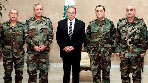 Émile Lahoud jeudi dans sa résidence de Baabda, entouré de responsables de l'armée dont son chef, le général Michel Suleiman (second à partir de la gauche).