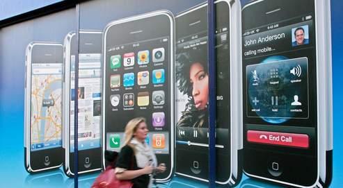 Téléphone, baladeur musical MP3, appareil photo, navigateur Internet, lecteur de mails ou de vidéos... l'iPhone est un mobile multifonctions. Gros succès annoncé en France, à partir de jeudi.