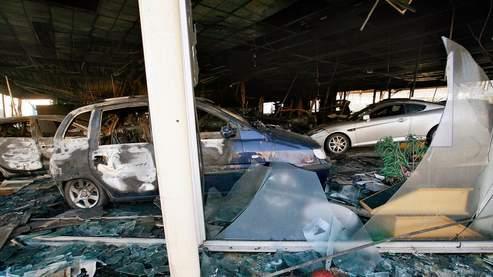 A Villiers-le-Bel, des voitures endommagées dans la vitrine d'un concessionnaire automobile, après les affrontements .