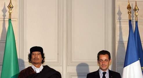 Mouammar Kadhafi, président de la Lybie, est reçu au Palais de l'Elysée par Nicolas Sarkozy, à l'occasion de sa première visite officielle à Paris depuis 1973 (AFP).