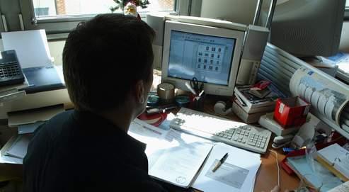 Un fonctionnaire de police devant son écran. La surveillance à distance des ordinateurs privés ne sera autorisée que dans les affaires les plus graves, sous le contrôle de la justice.