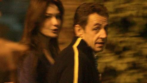 Nicolas Sarkozy et Carla Bruni dans les rues de Louxor. (AFP)
