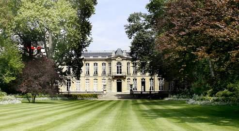Un arrosage au goutte-à-goutte aété installé dans les jardins de l'hôtel Matignon où l'on pratique également un déserbage bio.