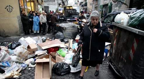 À Naples, le ramassage des déchets est interrompu depuis le 21 décembre en raison de la saturation des décharges. Les ordures amoncelées menacent aujourd'hui d'étouffer la ville.