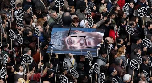 Des milliers de personnes ont commémoré, samedi à Istanbul, la mort de Hrant Dink, survenue il y a un an. La police soupçonneles activistes ultranationalistes placés en garde à vue hier d'être impliqués dans l'assassinat du journaliste d'origine arménienne.