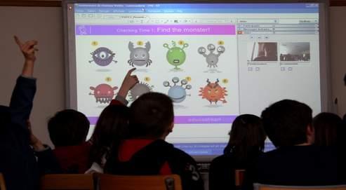 Des élèves de CM1 de l'école d'Élancourt (Yvelines) expérimentent une nouvelle méthode d'enseignement de l'anglais par visioconférence avec un professeur basé à Oxford.