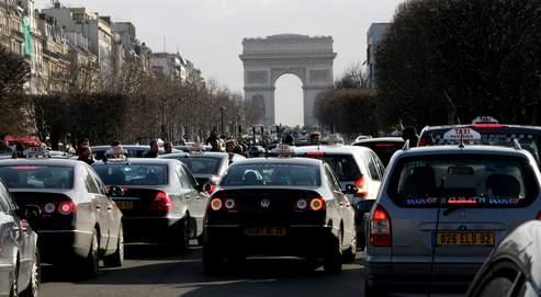 Mercredi, des milliers de taxis ont bloqué la circulation, porte Maillot, pour protester contre la déréglementation de leur profession.