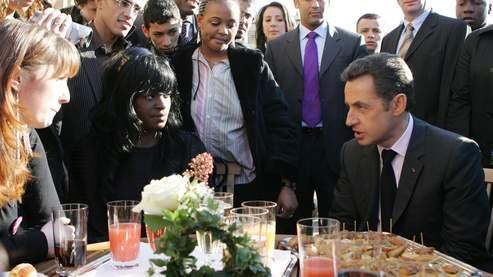 Nicolas Sarkozy discute avec des représentants venus des banlieues, quelques minutes après la présentation de son plan.