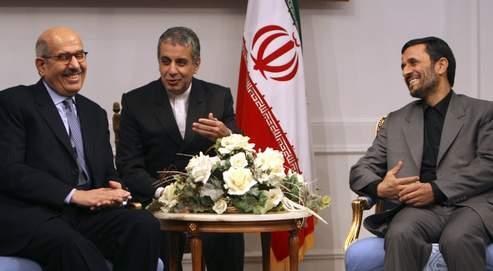 L'Occident reproche àMohammed ElBaradei (à gauche, le 12 janvier à Téhéran, avec Mahmoud Ahmadinejad, à droite) de ne pas avoir obtenu d'explications suffisantes sur le programme nucléaire iranien.