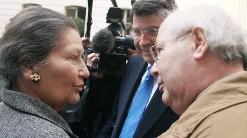 Simone Veil entourée de Xavier Darcos et Serge Klarsfeld. (AFP/Saget)