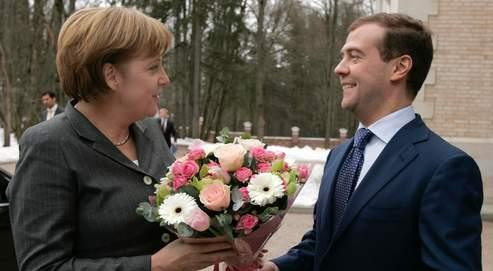Première rencontre feutrée entre Merkel et Medvedev