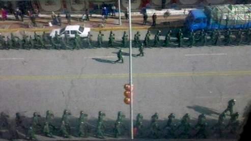 Sur ces images d'une vidéo amateur, on distingue le déploiement de force de l'armée chinoise à Lhassa.