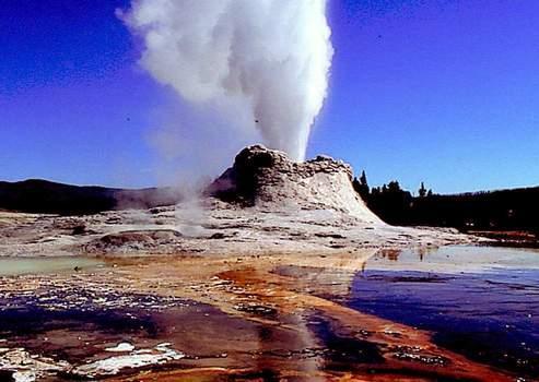 Le parc de Yellowstone, aux États-Unis, possède de nombreux geysers et fumerolles indiquant sa nature volcanique.