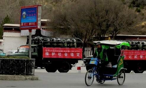 La diplomatie chinoise, qui a exclu jeudi toute entrevue prochaine entre le président chinois et le Prix Nobel tibétain, se reflète sur le terrain : les soldats ont pris place au pied du palais du Potala, et Lhassa est désormais sous très haute surveillance.
