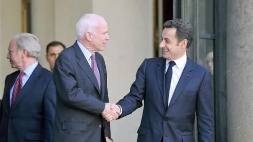 John McCain et Nicolas Sarkozy à l'Elysée, vendredi (Fife/AFP)