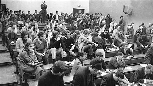 Réunion des étudiants à Nanterre, le 1er avril 1968, quelques jours après le début de l'occupation des locaux .