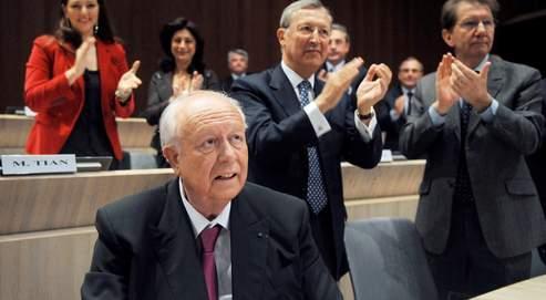 Jean-Claude Gaudin (ici aux côtés de Roland Blum et Guy Teissier vendredi) veut passer de la phase de la «confrontation» à celle du «dialogue constructif » avec son adversaire PS Guérini.