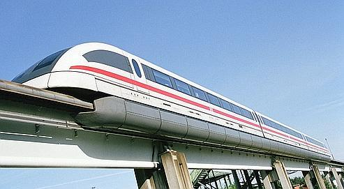 Le Transrapid, qui avance sans roues ni chauffeur, flotte sur un coussin magnétique à quelques centimètres au-dessus des rails.