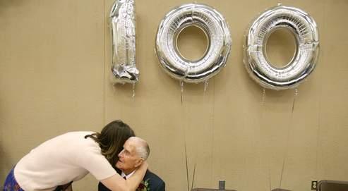 Un néo-centenaire célèbre son anniversaire. Le nombre de personnes de plus de 100 ans en France pourrait encore tripler d'ici 2050.