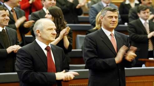 Selon Carla del Ponte, Hashim Thaçi (à droite), actuel premier ministre du Kosovo, aurait été impliqué dans un trafic d'organes de prisonniers serbes en 1999.