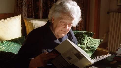 «La connaissance est un engagement et une évasion, car lorsque vous n'avez plus rien, seule la raison humaine peut vous empêcher de sombrer», disait Germaine Tillion (ici en 2000, à son domicile de Saint-Mandé).
