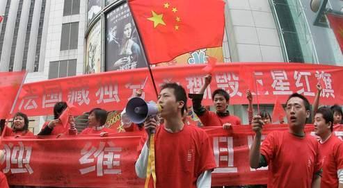 Manifestation anti-française en Chine, devant un supermarché Carrefour.