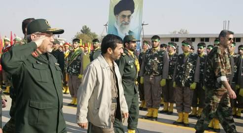 Durant la présidence de Mahmoud Ahmadinejad, les gardiens de la révolution ont accru leurs pouvoirs, mais ils sont divisés et toujours sous le contrôle du guide suprême Ali Khamenei (portrait ci-dessus).