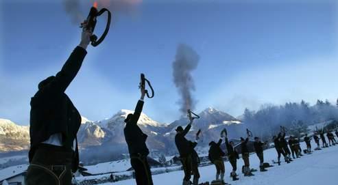 Ces villageois de Schönau (Bavière) célèbrent chaque année Noël en tirant en l'air un coup de pistolet d'alerte, dont le son porté par l'écho résonne dans toute la vallée. L'écho en montagne est provoqué par la réflexion des ondes sonores lorsqu'elles rencontrent des obstacles.