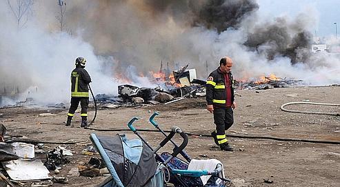 Le campement de Ponticelli, près de Naples, a été incendié dans la nuit du 13 au 14 mai, après la tentative d'enlèvement d'un bébé par une jeune Tzigane.