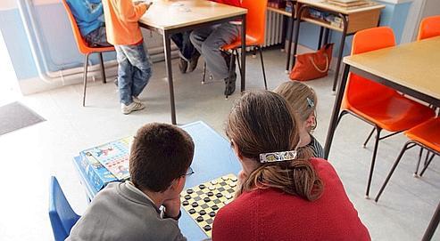 Des employés communaux surveillent les élèves d'une école primaire de l'Allier, lors de la grève le 15 mai dernier.