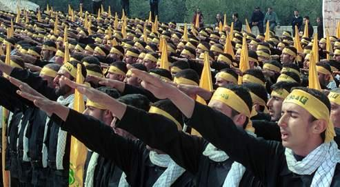 Miliciens du Hezbollah réunis à Jibshet (sud du Liban). Les combattants chiites disent avoir été aidés par des spectres à cheval, par des fantômes qui tiraient à leur place, pardes voix quiles prévenaient de l'arrivéed'un obus
