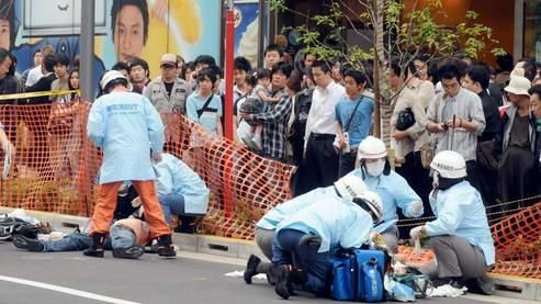 Les secouristes sur les lieux du drame, en plein coeur de Tokyo. (Mainichi Shimbun / AP)