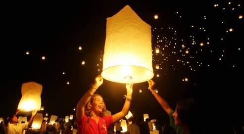Dans de nombreux pays asiatiques (ici, en Thaïlande), le lâcher de lanternes célestes est très prisé par les couples. Un témoin a cru à une manifestation extraterrestre lorsque huit d'entre elles ont été allumées sur l'île d'Yeu, le 3 mai dernier.