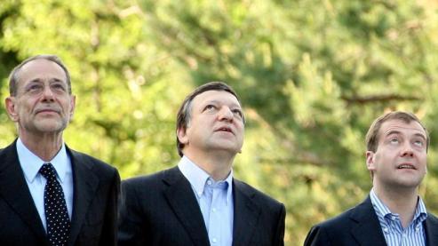 Javier Solana, Haut représentant pour la politique extérieure, Jose Manuel Barroso, Président de la Commission Européenne, accompagnés par Dmitry Medvedev, le nouveau président russe, pendant le sommet Russie-Union Européenne, jeudi.