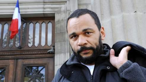 Dieudonné quitte, le 24 avril 2008, le tribunal correctionnel d'Aurillac où était cité à comparaître l'animateur de télévision Arthur pour injure raciste à son encontre.