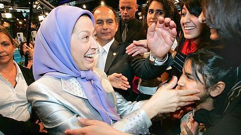 Maryam Radjavi a été accueillie sous une pluie de confettis par une foule en délire, samedi à Villepinte.