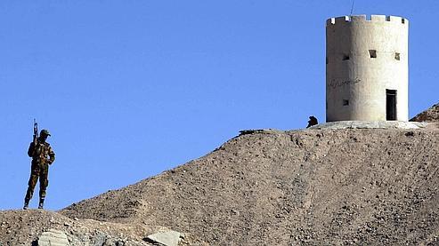Un soldat iranien surveille la frontière entre l'Iran et l'Afghanistan, en octobre 2001.