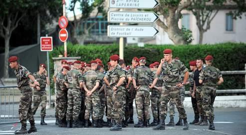 Des soldats du 3e régiment de parachutistes d'infanterie de Marine, près de la caserne de Carcassonne, où a eu lieu le drame.