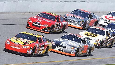 Le Daytona 500 en Floride est une course de type stock-car qui est devenue plus populaire que la fameuse épreuve des 500 miles d'Indianapolis. (photo U.S. Air Force / Larry McTighe)