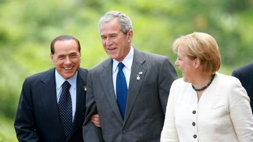 Silvio Berlusconi, George W. Bush et Angela Merkel, mardi, au G8. (AP)